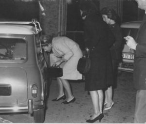 tre donne e una mini cooper